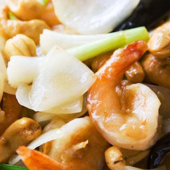 Մանր ծովախեցգետիններ բանջարեղենով