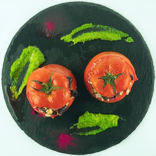 Düyü və qırmızı lobya ilə doldurulmuş pomidorlar