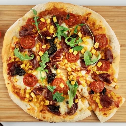 Şirin qarğıdalı, çili bibəri və koppa kolbasası ilə pizza.