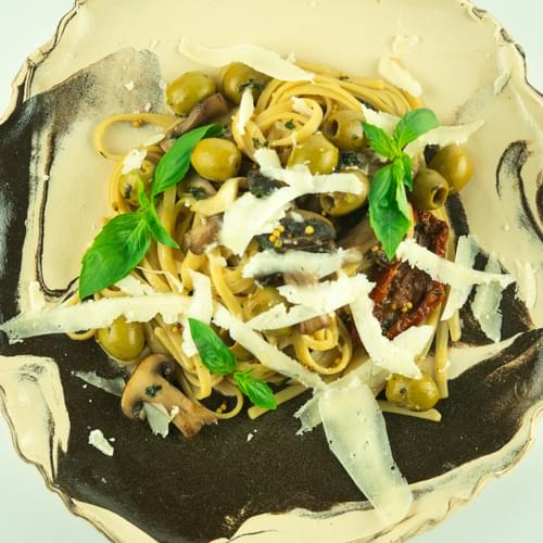 პასტა ლინგვინე მწვანე ზეთისხილით და ყავისფერი სოკოთი